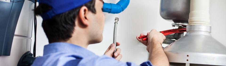 CV monteur bezig met het aansluiten van een CV ketel